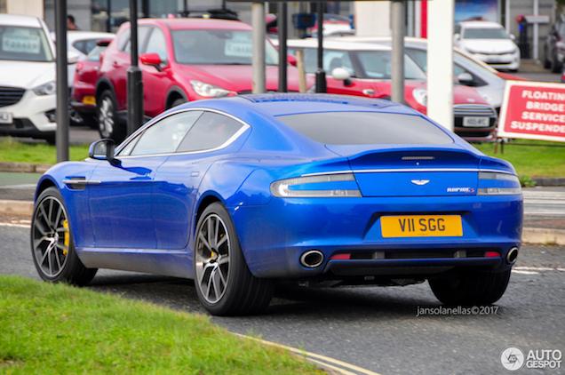 Aston Martin Rapide S oogt strak in het blauw