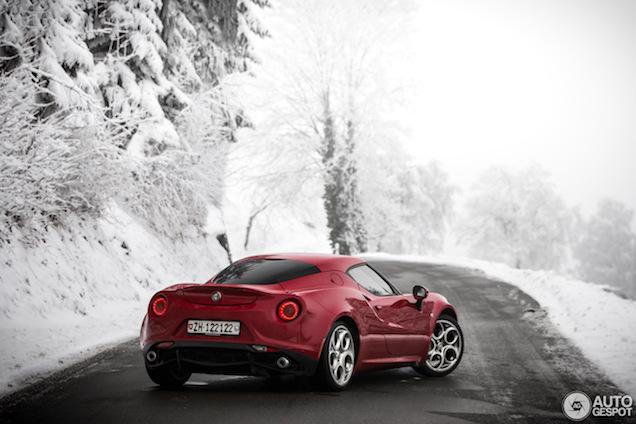 Alfa Romeo 4C speelt in de sneeuw