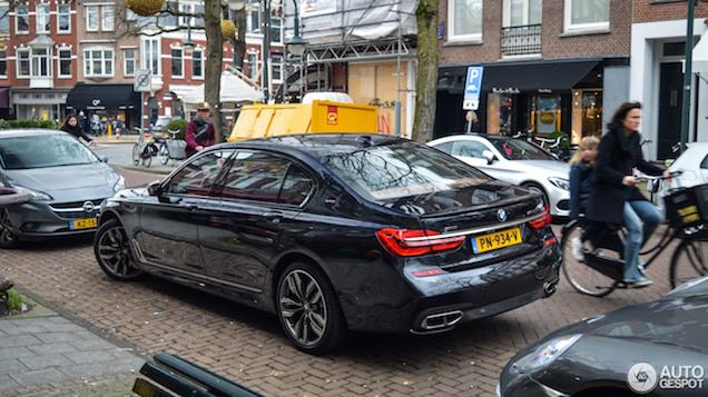 Deze BMW M760Li xDrive staat vrij asociaal geparkeerd