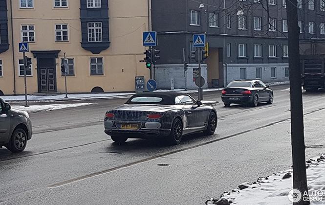 Bentley Continental GTC rijdt onopvallend door Estland