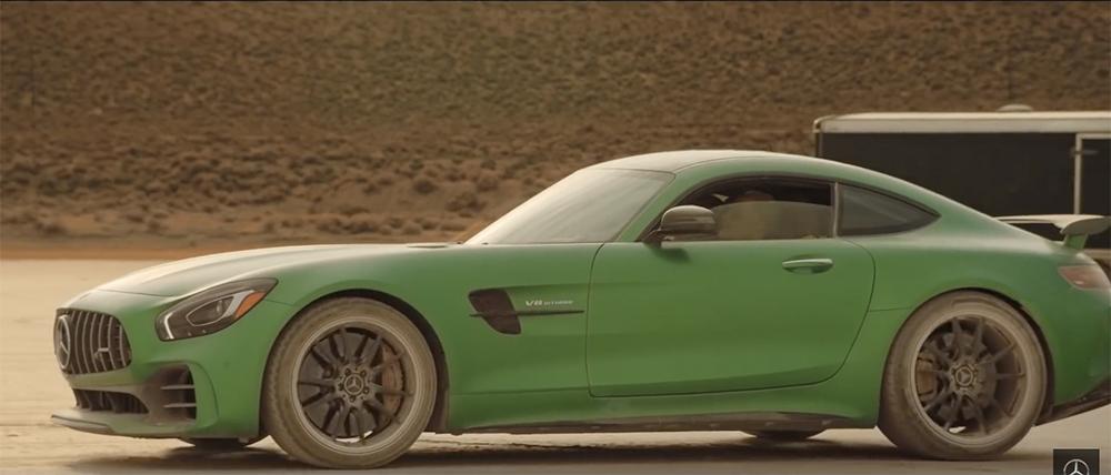 Filmpje: blinde garagist rijdt Mercedes-AMG GT R