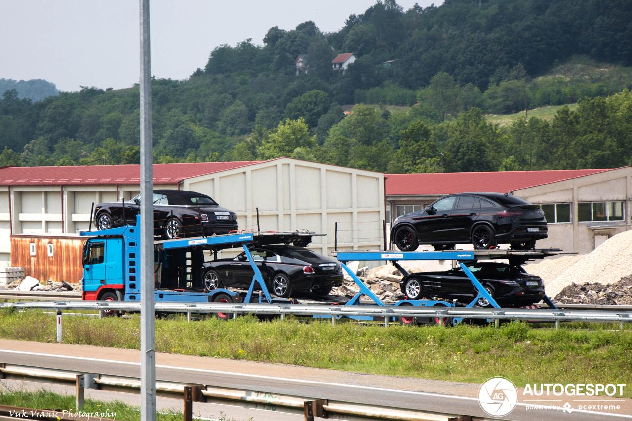 Exclusief trailertje knalt over Servische snelweg.