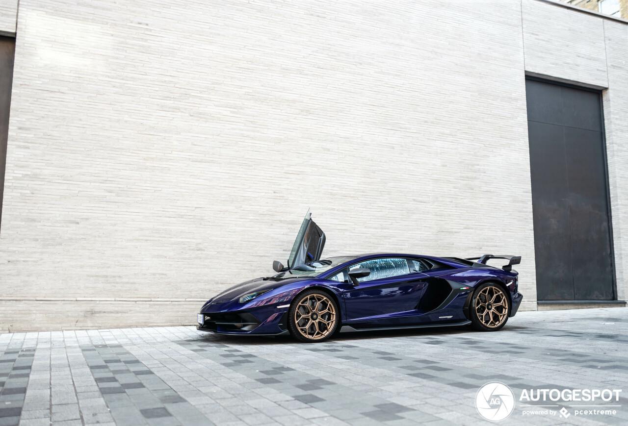 Paarse Lamborghini Aventador SVJ is niet van deze wereld