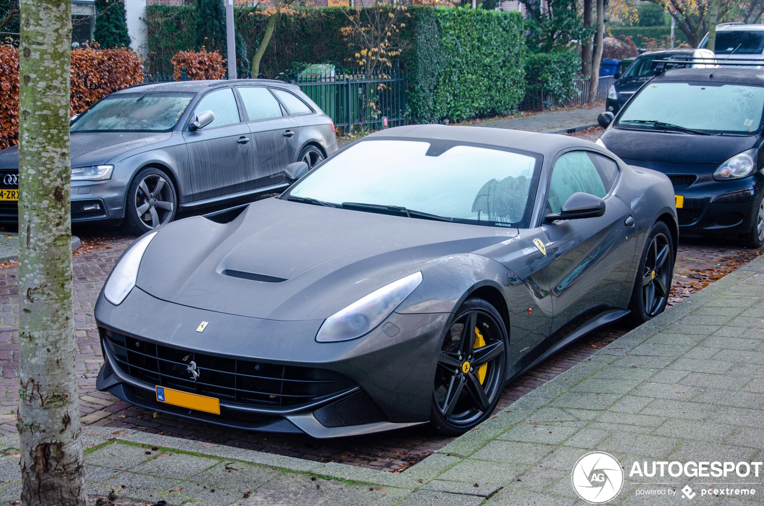 Ferrari F12berlinetta staat gewoon geparkeerd als ieder ander