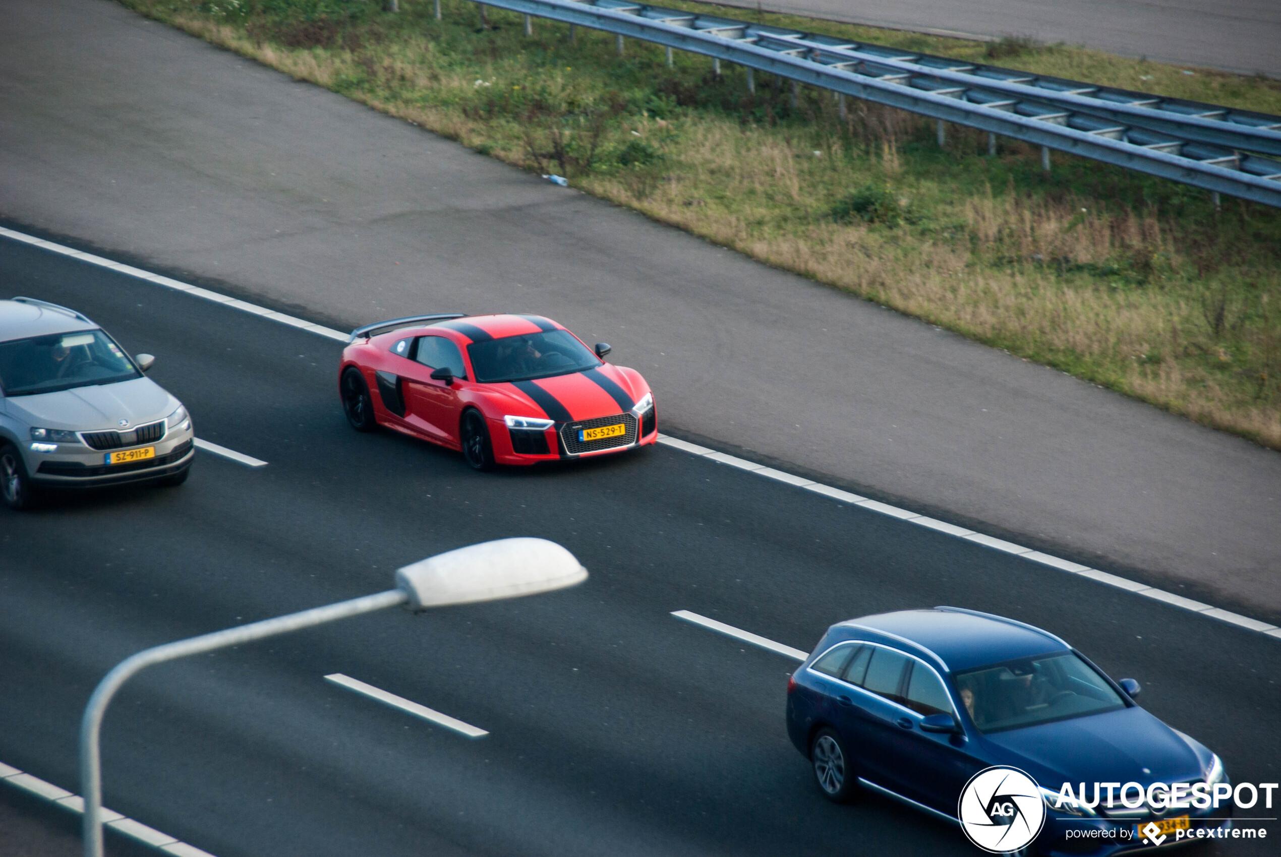 Rode Audi R8 springt eruit op de A4