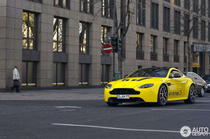 Gele Aston Martin V12 Vantage S verrast in Düsseldorf