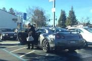 Starsza pani podjechała do sklepu Nissanem GT-R