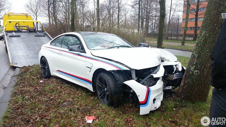 BMW M4 F82 Coupé vakkundig tegen boom geparkeerd