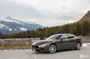 Maserati Ghibli is onderwerp in schilderachtig Zwitserland