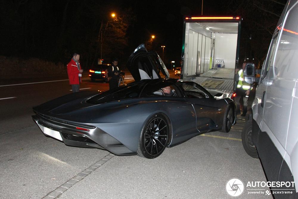 McLaren Speedtail sloop door het centrum van Genève