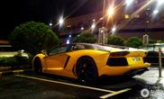 Lamborghini Aventador LP700-4 preto e amarelo, hot or not?