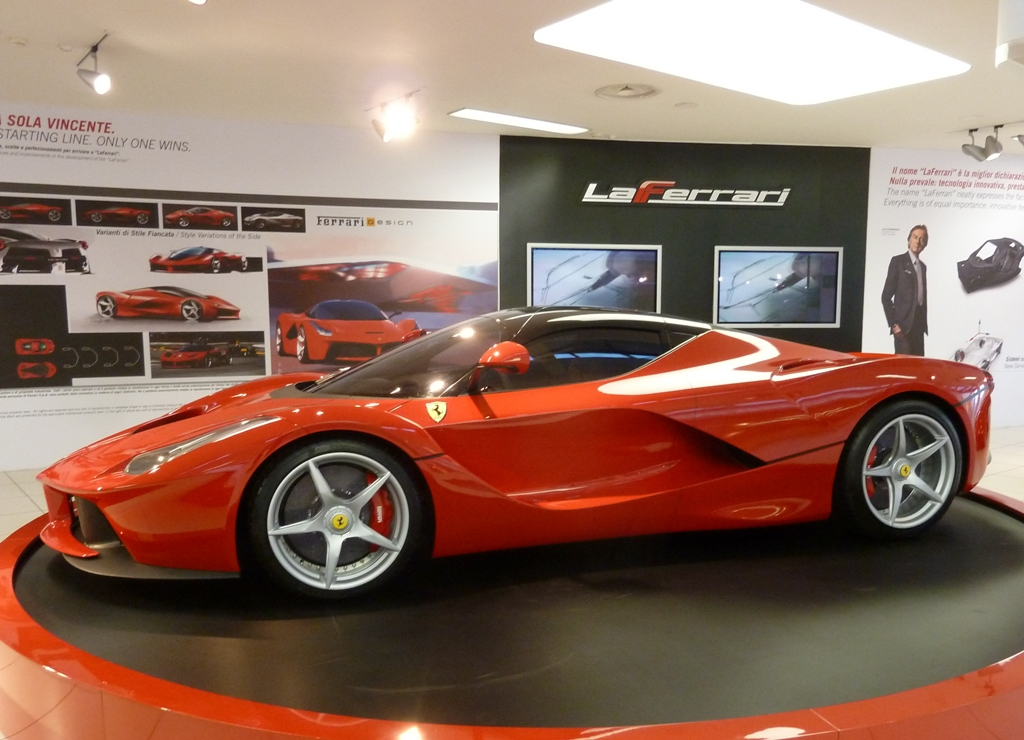 le mus e ferrari de maranello expose la laferrari. Black Bedroom Furniture Sets. Home Design Ideas