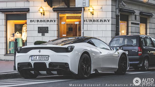 Prachtige Ferrari 458 Speciale vastgelegd in Warschau