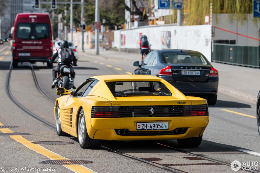 Ferrari 512 TR in Giallo Modena maakt hebberig