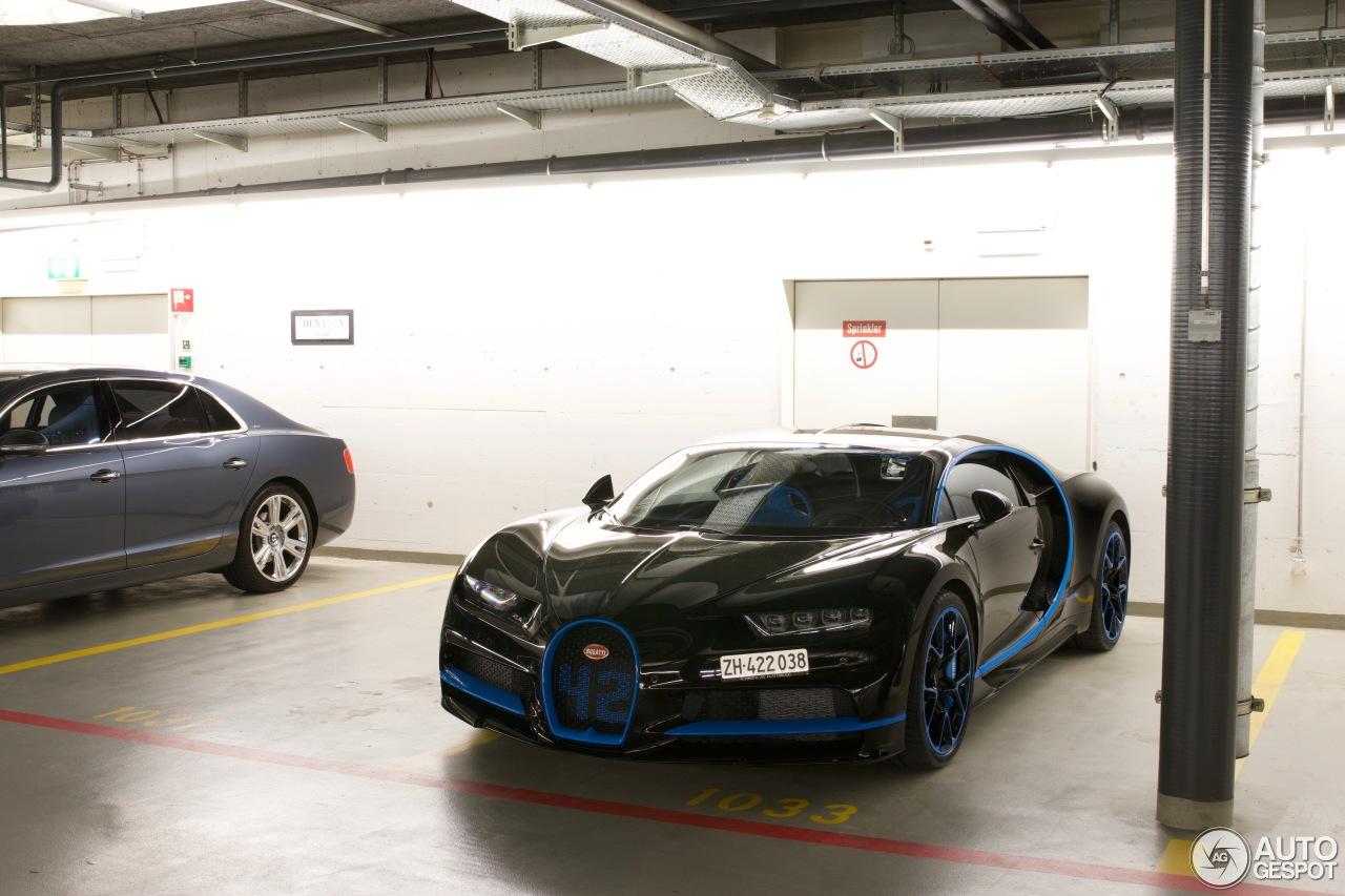 Zwarte Bugatti Chiron is perfect door blauwe details