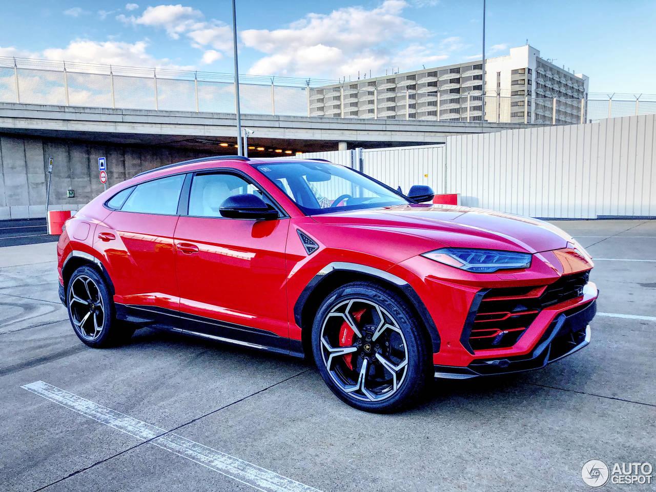 Rode Lamborghini Urus oogt te gek
