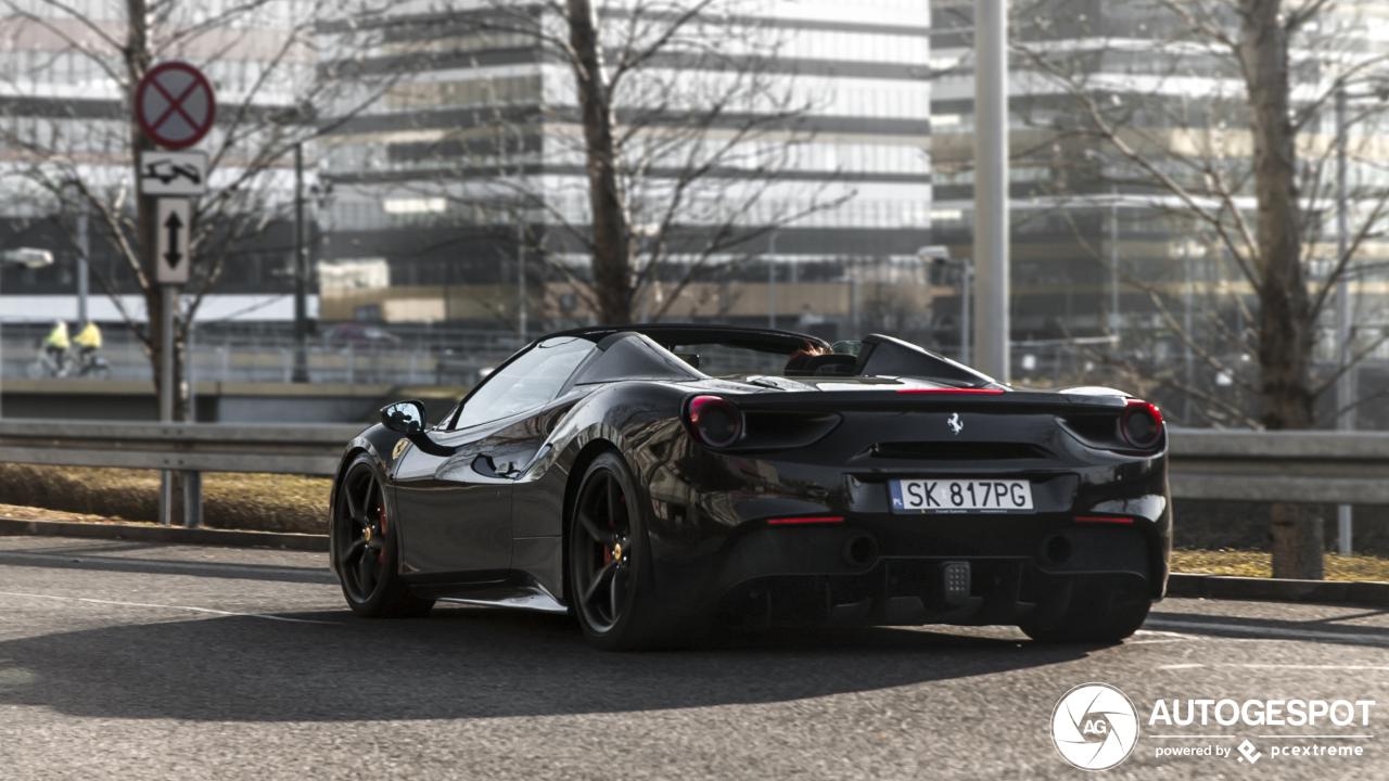 Poolse vrouwen stelen de show in de zwarte Ferrari 488 Spider