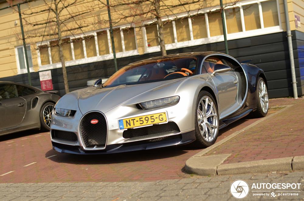Bugatti Chiron in Leiden zorgt bijna voor hartaanval