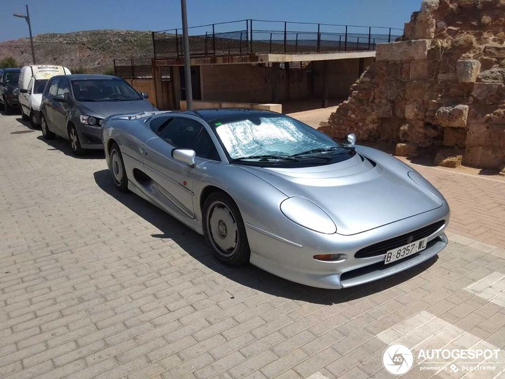 Jaguar XJ220 schittert in de zon op Menorca