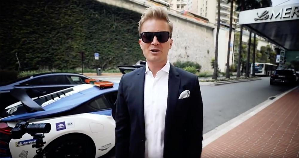 Nico Rosberg laat mensen de kracht van de BMW i8 ervaren