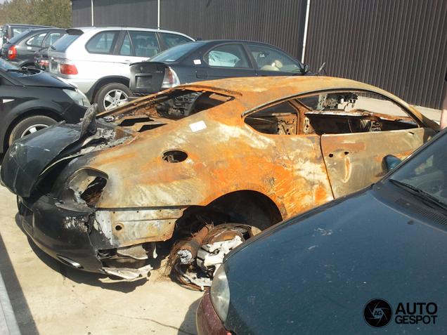 Uitgebrande Bentley op sloperij