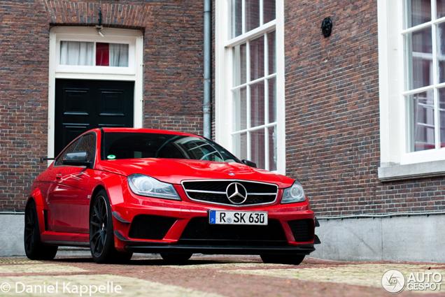 Gruwelijk dikke Mercedes-Benz C 63 AMG Coupé Black Series doet Amsterdam aan!