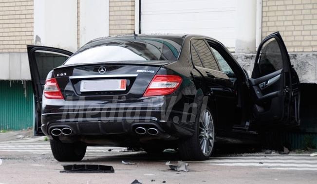 Mercedes-Benz C 63 AMG knalt tegen muur aan!