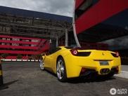 Ferrari 458 Italia Giallo Modena num bonito cenário