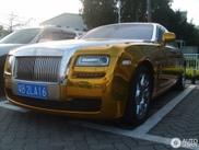 Hromirano-zlatni Rolls-Royce Ghost prilično dobro izlgeda