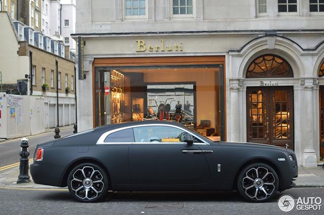 Matzwarte wrap geeft geeft Rolls-Royce Wraith robuuste look