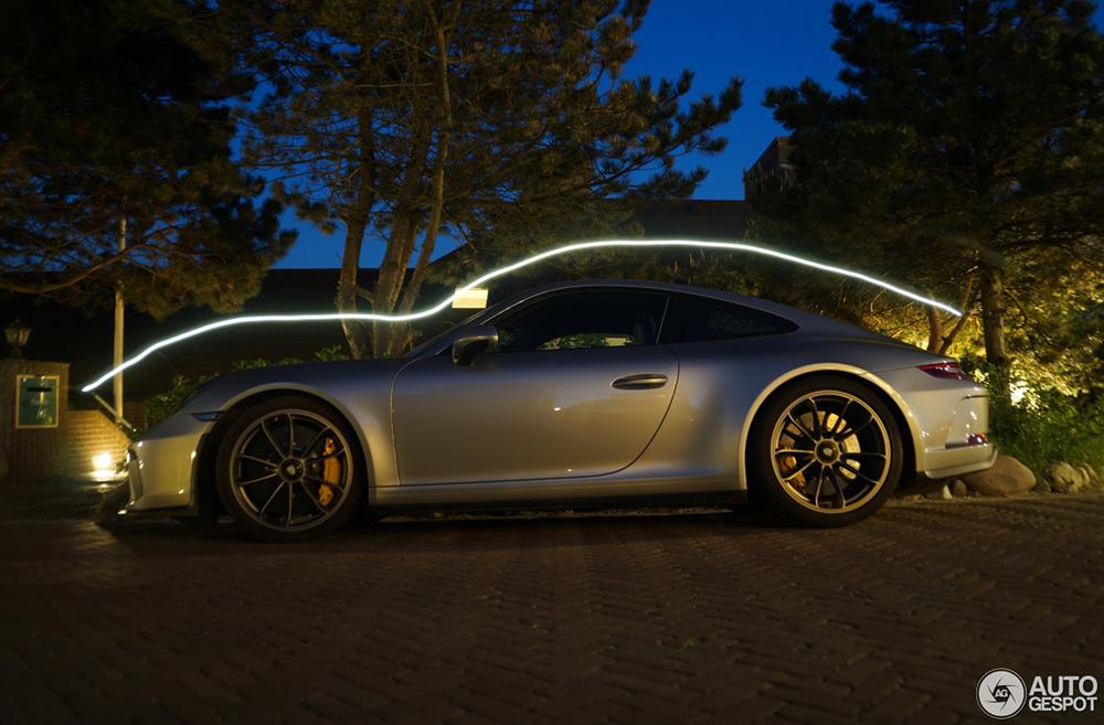 Porsche GT3 Touring als kunst vastgelegd