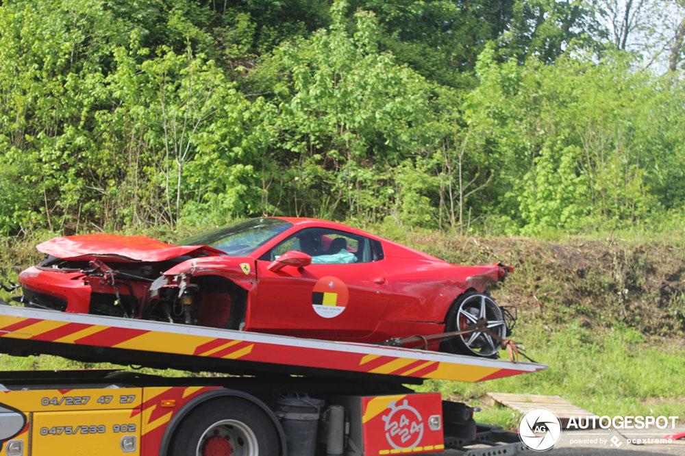 Ferrari 458 Spider aan gruzelementen gereden