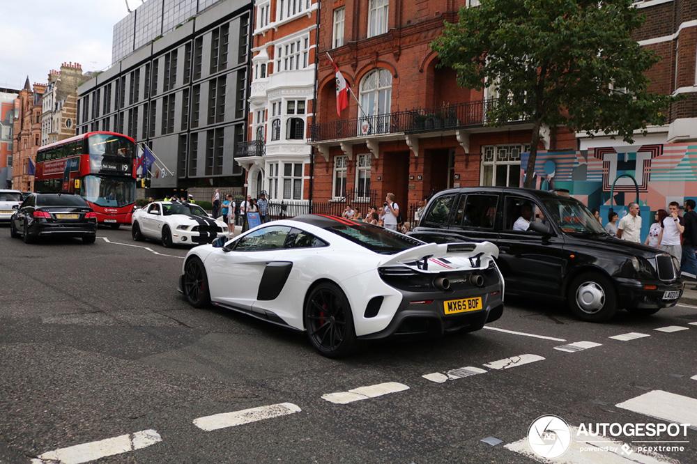 McLaren 675LT pronkt met zijn staart door Londen