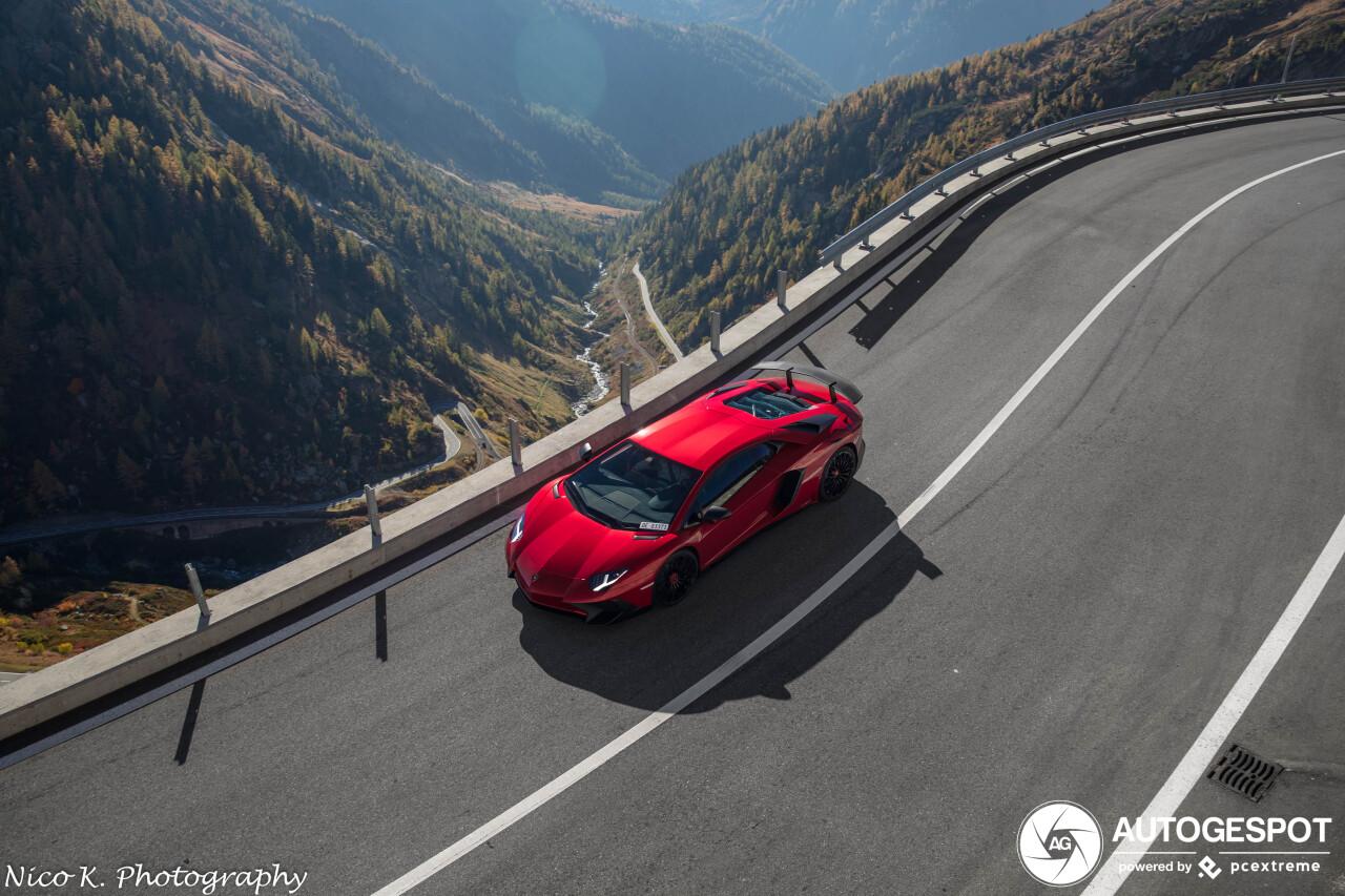 Rode Aventador schittert in de Zwitserse Alpen