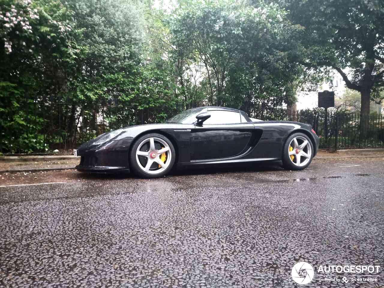 Back to basics: Porsche Carrera GT spotten in de regen