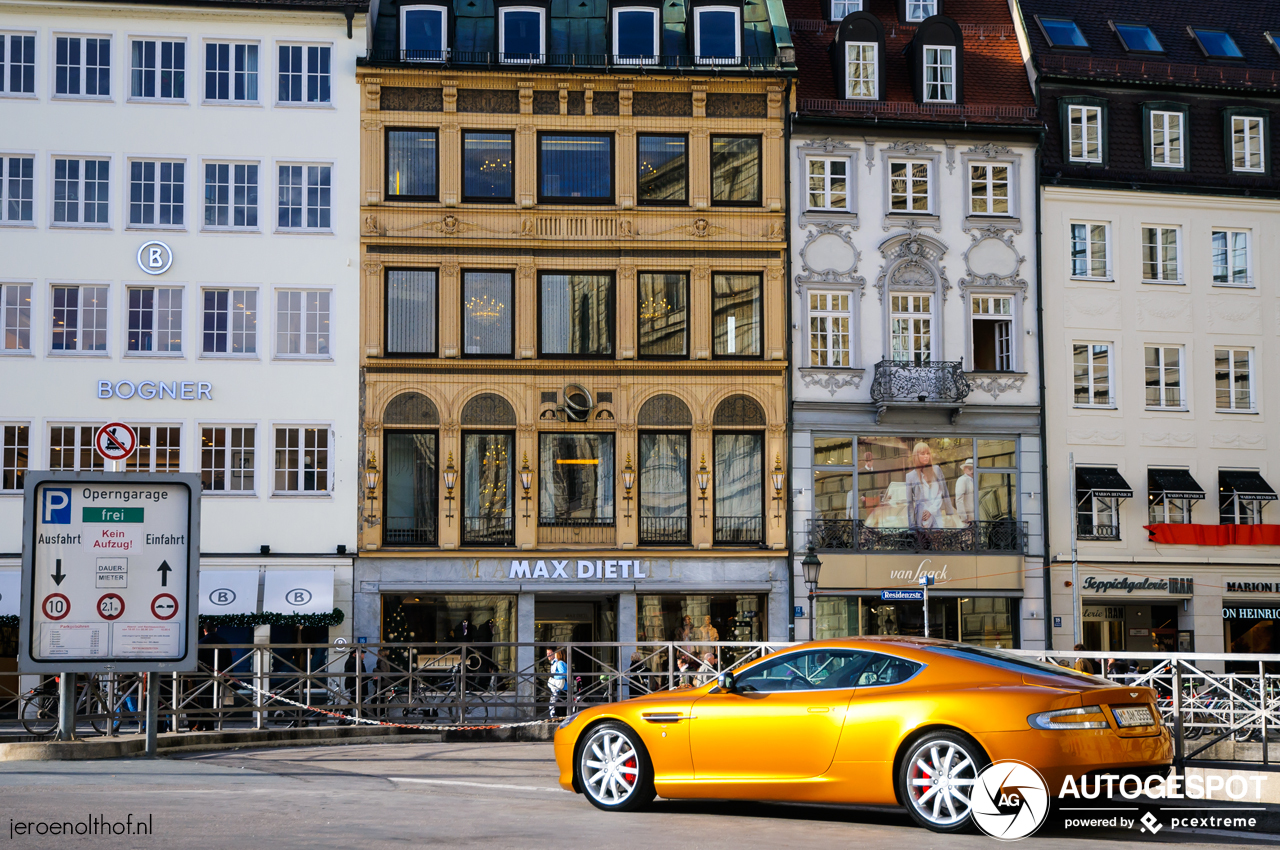 In de juiste kleur is de Aston Martin DB9 nog steeds een schoonheid