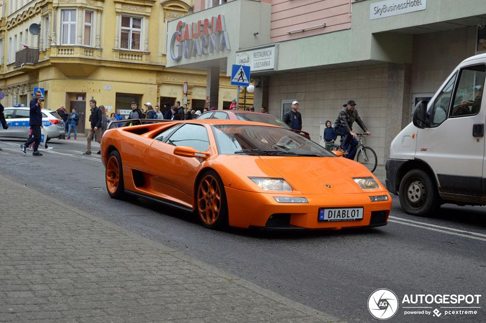 Oranje Lamborghini Diablo VT trekt de aandacht van de politie