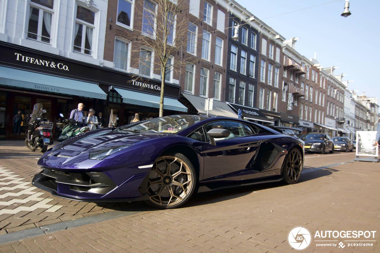 Spot van de dag: paarse Lamborghini Aventador SVJ steelt de show