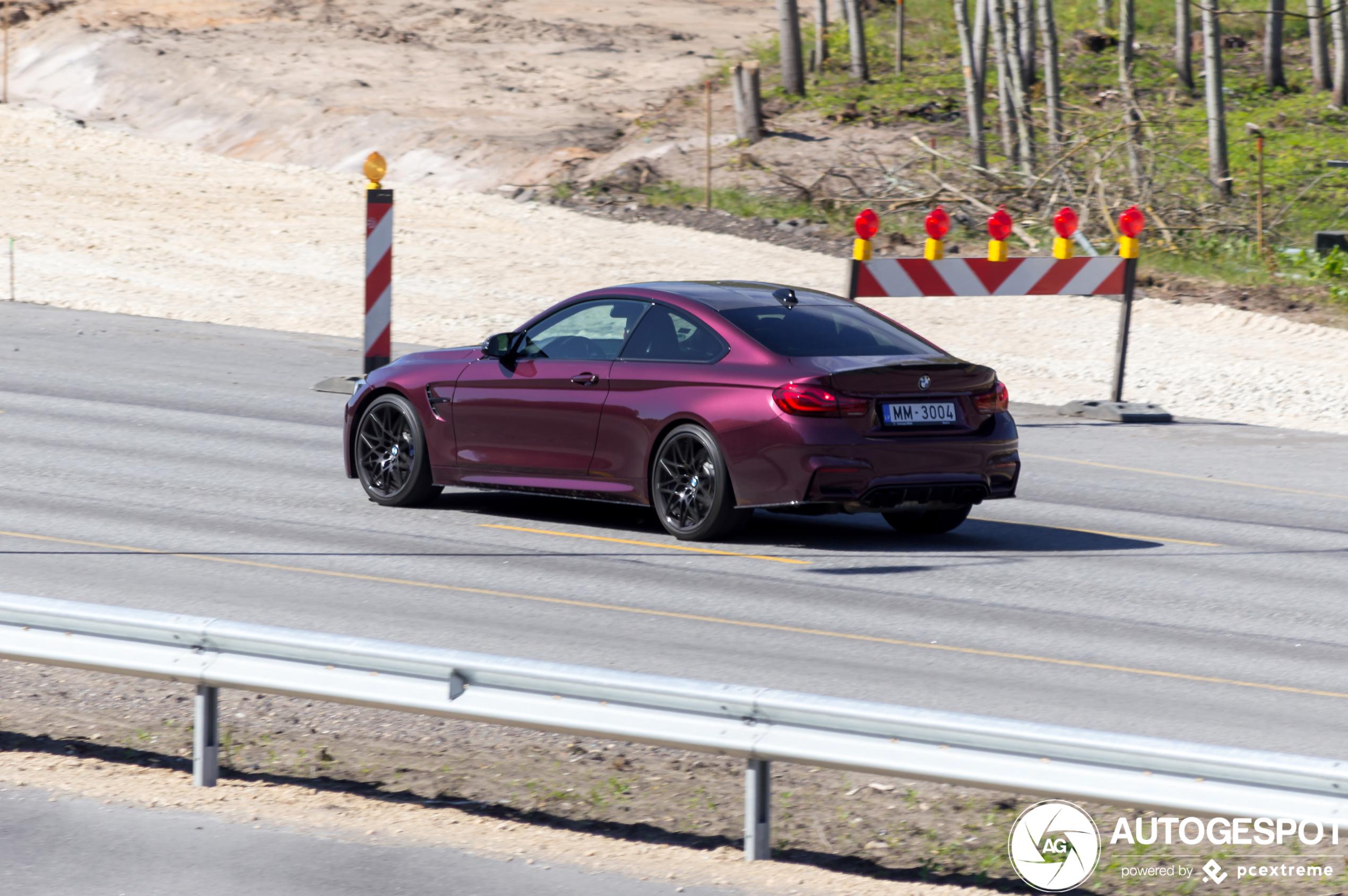 Dieppaarse BMW M4 Coupe is een snoepje