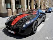 Verkehrte Welt: Rote Streifen auf einem schwarzen Ferrari 599 GTB Fiorano!