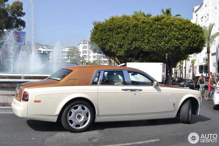 Stijlvolle kleurencombinatie op een Rolls-Royce Phantom gespot