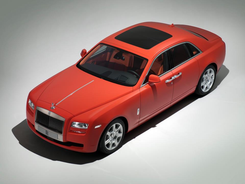 Bespoke afdeling Rolls-Royce kleurt Ghost lekker rood