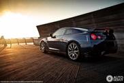 Nissan GT-R fotografado numa atmosfera de Verão