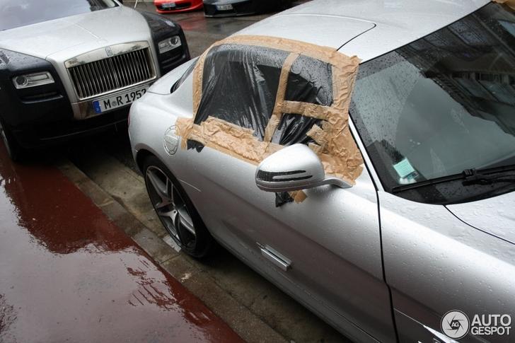 Wat doet deze SLS AMG met plastic voor de ruiten?