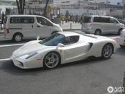 Avistado: Espetacular Ferrari Enzo branco