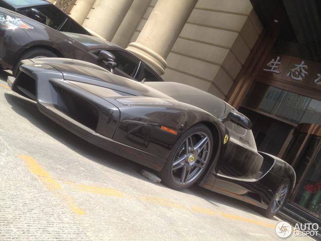 Zwarte Enzo Ferrari staat stof te happen in China