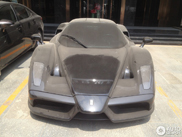 Ferrari Enzo nera ricoperta di polvere in Cina!