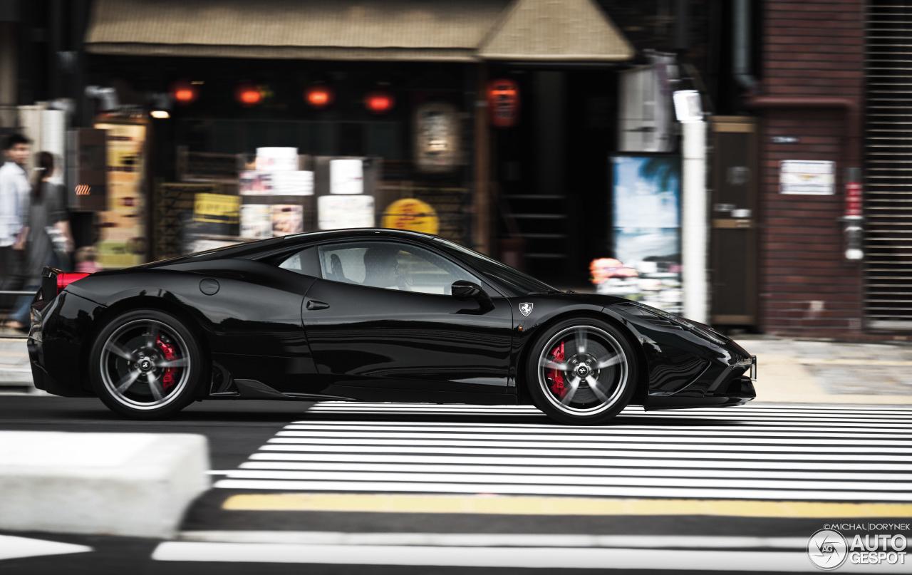 Ferrari 458 Speciale baant zich weg door verkeer in Tokyo