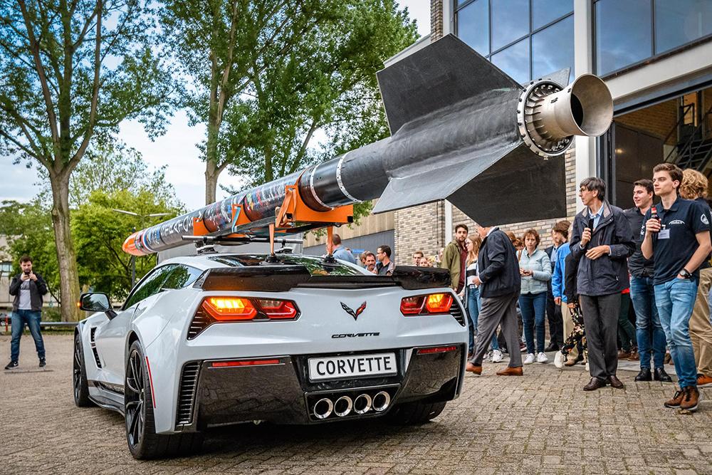 Stratos IV raket op bijzondere wijze op Corvette gepresenteerd