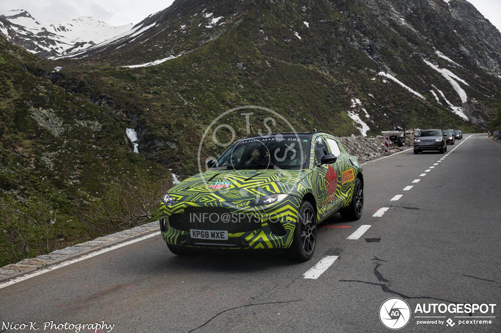Aston Martin DBX gespot op Gotthardpas